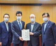 西村経済財政大臣(左から2人目)に要望書を手渡す三村会頭(同3人目)ら3団体首脳