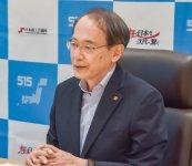 オンライン会談で意見を述べる石田専務理事(右)と西村大臣