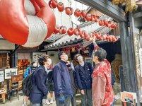 奈良町史料館で学ぶ生徒たち