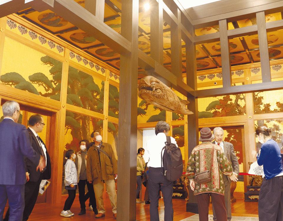 高岡商工ビルのロビーに再現された「松楓殿」