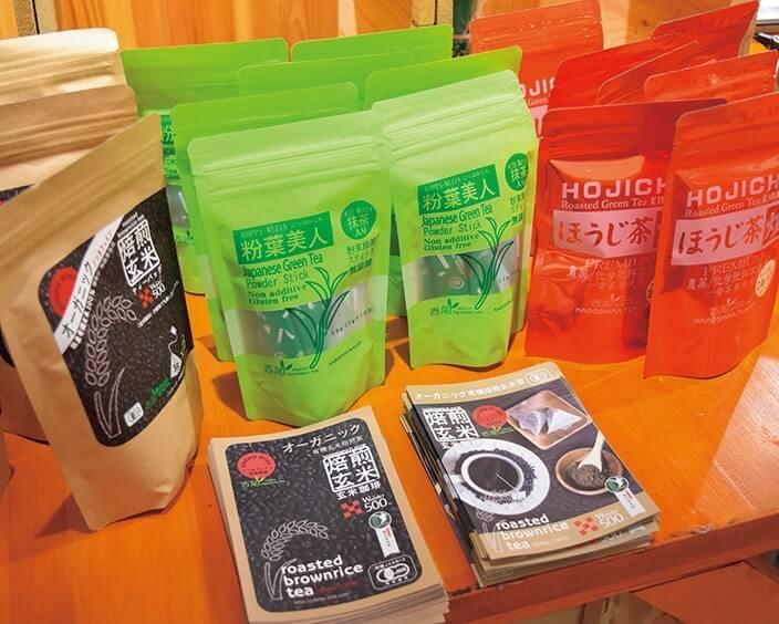 コーヒー風味の焙煎玄米茶(左)ほかお茶を販売