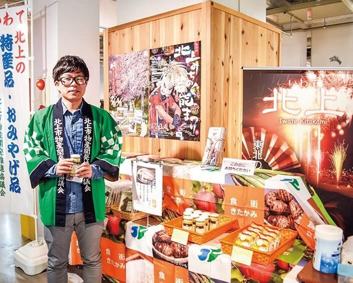 伝統菓子や新名物をPRする同所の菅野さん