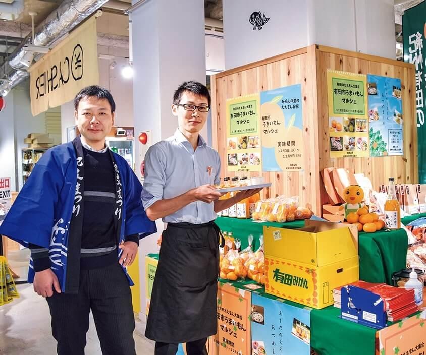 ブースで商品をPRする紀州有田商工会議所の北又一樹さん(左)と児嶋佑起さん