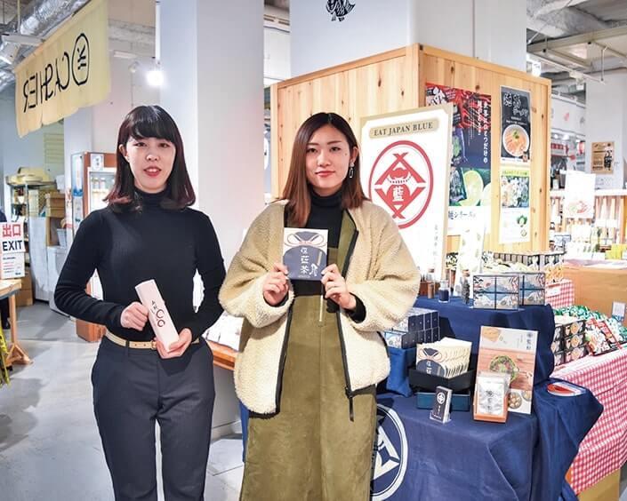 ボン・アームの村上裕美さん(右)と同所の山本真弓(左)さんが商品をアピール