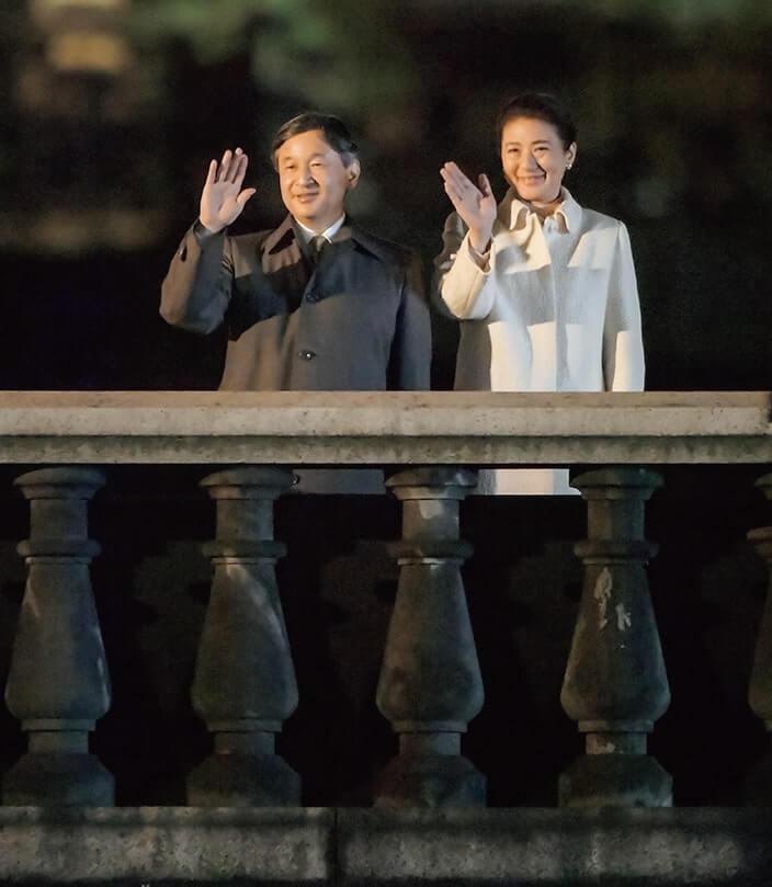 集まった参加者に手を振られる天皇、皇后両陛下 (提供 天皇陛下御即位奉祝委員会)