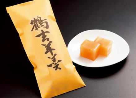 数多くの賞に輝いた「鶴吉羊羹(橙)」。コーヒーや紅茶にも合う爽やかな風味が特徴