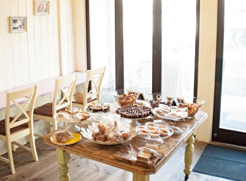 南仏をイメージさせる店内。本格的なフランス焼き菓子を1個から買えるのも魅力