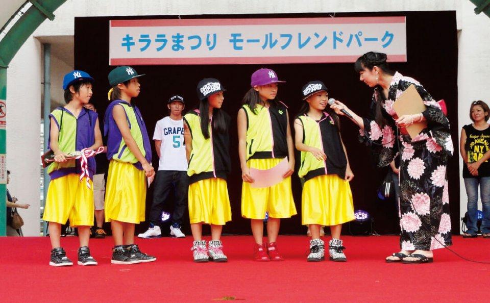「キララまつり」でダンスコンテストの会場になっている野外ステージでは、定期的に「ふれあいまちなかライブ」も開催している