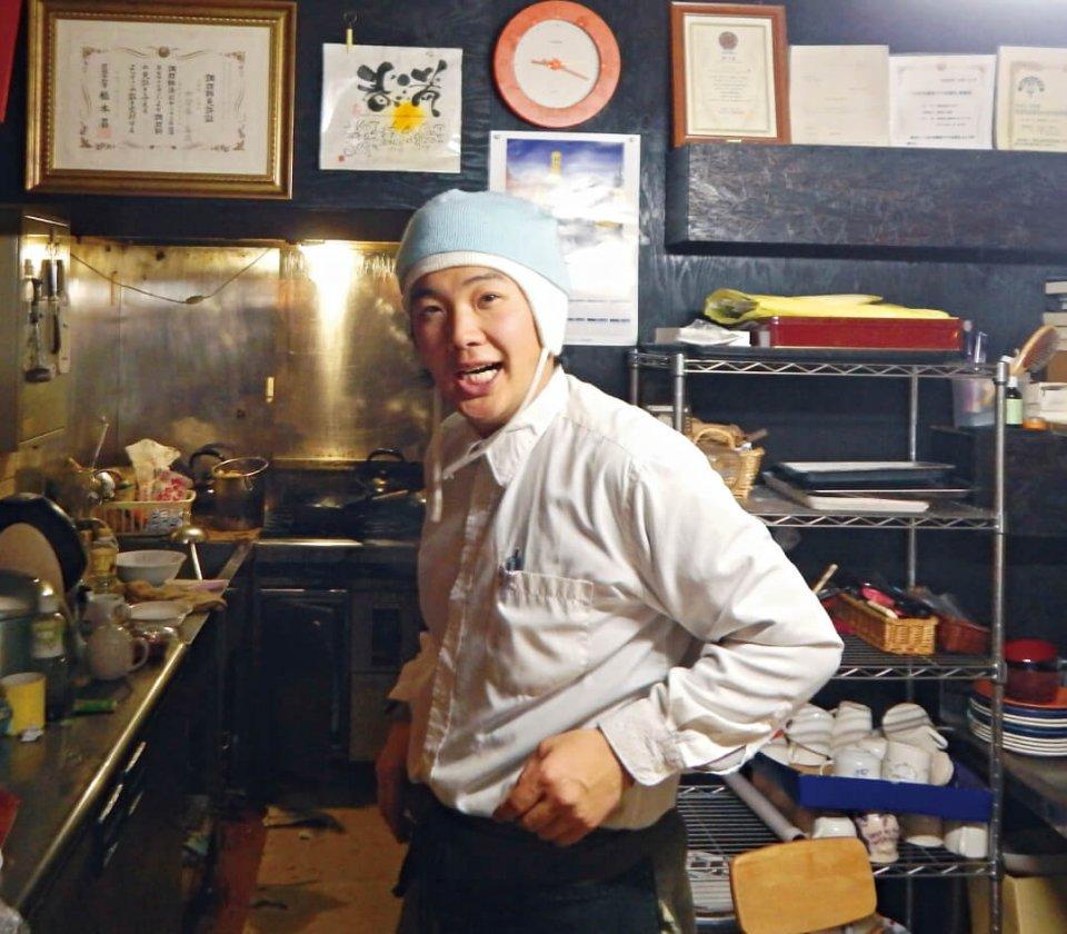 外国人の来店も多い「地球食堂てらすや」のオーナー・加登谷春満さん