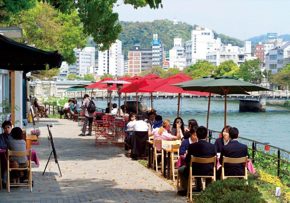 水辺の開放感と川風を感じながら食事が楽しめるオープンカフェ