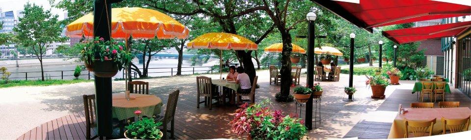 河岸緑地と一体になった空間を生み出しているホテルJALシティ広島の「リストランテ フォンタナ」