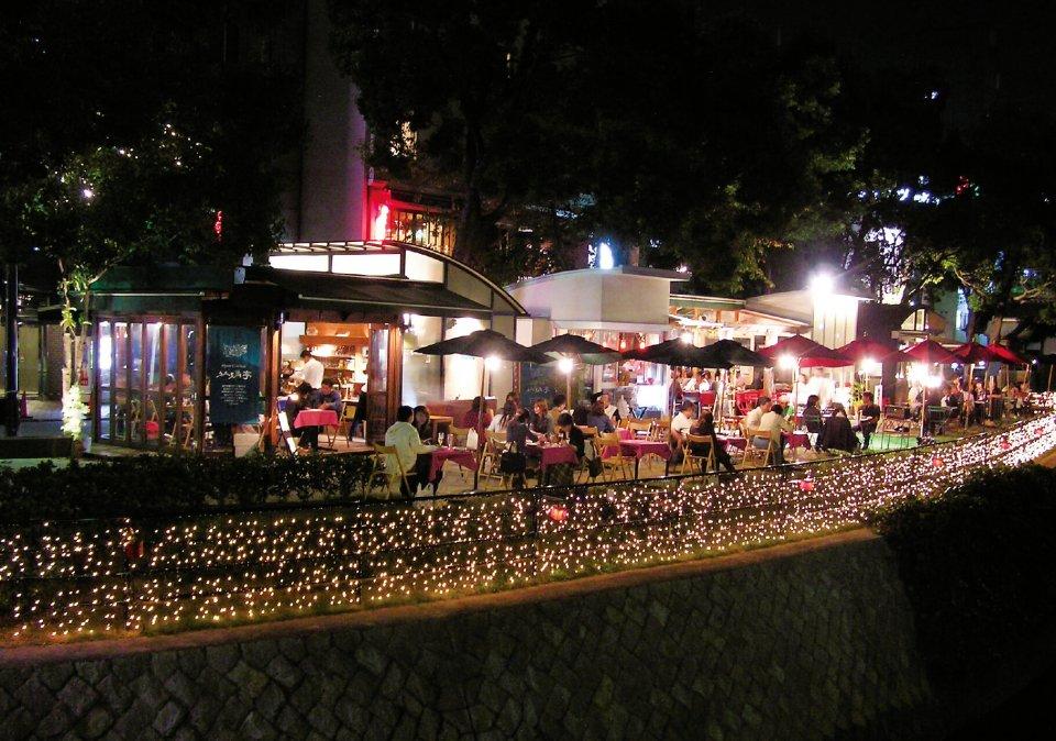 夜のライトアップも京橋川オープンカフェの魅力。(左から)「オイスター・コンクラーベ 牡蠣亭」「カフェ レガロ」「ティーガーデン プルプル」