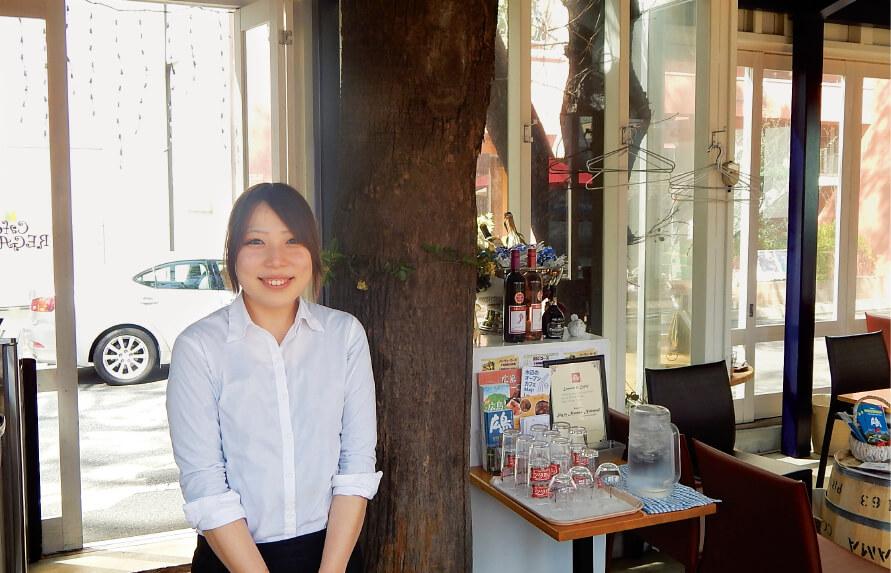 「カフェ レガロ」スタッフの中筋菜々香さん。店内は戦後すぐに植えられた河岸の樹木をインテリアとして取り入れている
