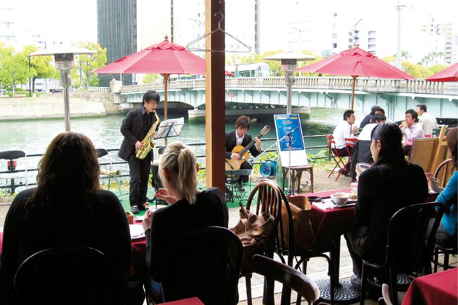 京橋川オープンカフェは、地元の音楽大学や専門学校と連携し、演奏会やファッションショーを開催