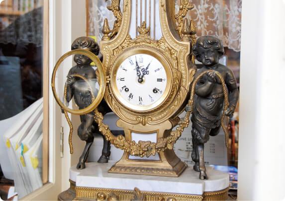 たばこのショーケースの上に飾られたアンティークの手巻き時計。たばことのマッチングがかえって目を引く