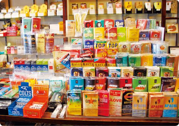 日本製のたばこよりも幅を利かせている外国製の葉巻や紙巻きたばこ。色とりどりのパッケージは見た目もかわいく、手に取る人も多い