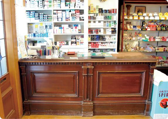 テーラーの仕立て台をレジ台として使用。塗りが剝げた風合いも独特の雰囲気を醸し出している