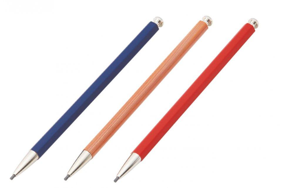 素朴な木目の風合いを生かした大人の鉛筆(中央)は、ボディ部に着色を施した「彩(いろどり)」(両側)など新シリーズも展開中。単品で580円、専用の削り器とセットで680円(ともに税抜き)