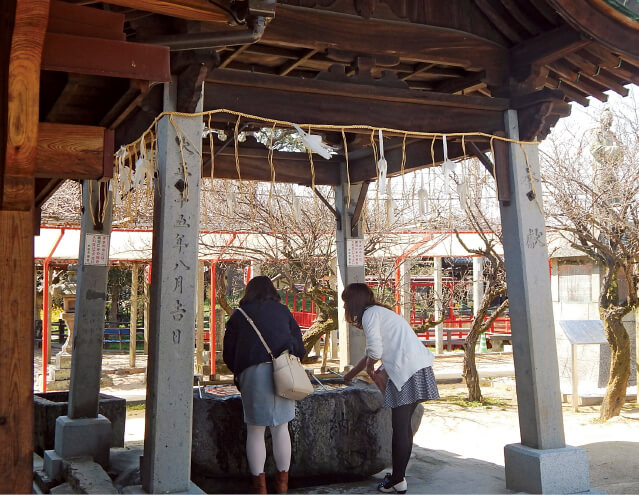 恋木神社には恋が実ることを願って訪れる若い女性の姿が多く見られる