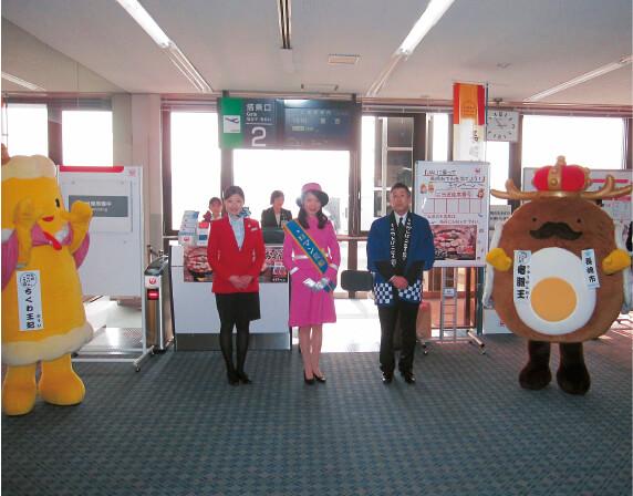 長崎空港で行われた「JALに乗って長崎おでんを当てようキャンペーン」の様子。あえて羽田行便の前に行い、首都圏への注目度アップを狙った