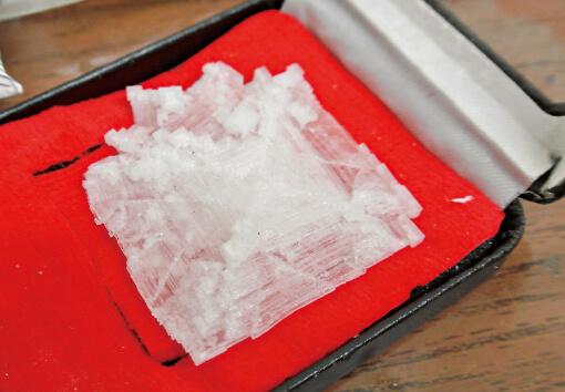 製造途中で偶然にできる塩の結晶。写真はその中でも特別に大きくきれいな5cm角のもの。小さな結晶は「フラワーソルト」として販売されている