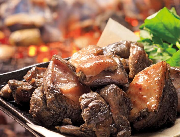同社初のオリジナル商品「鶏炭火焼」。発売当時、黒い商品はタブー視されていたため、県内でも敬遠されたという