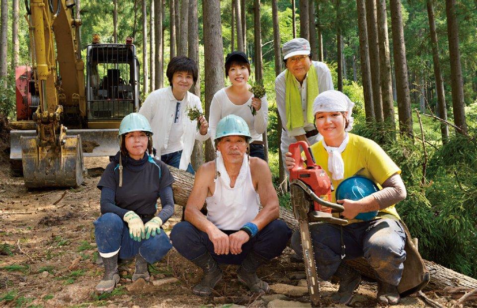 熊野川町森林組合のメンバー。組合長の田中多喜夫さん(後列右)は、ネパールの森づくりにも携わってきた森のエキスパート。Iターンで林業に就いた羽田十実さん(前列右)も活躍している