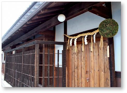 大正6年に建造された宜春苑(ぎしゅんえん)に飾られた杉玉。新酒ができたことを知らせている