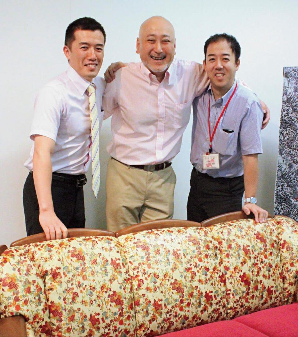 (左から)板文の利安宏文さん、前實製革所の前田大伸さん、姫路商工会議所の田尻雅嗣さん。三位一体の作業で「姫革友禅家具」は完成した