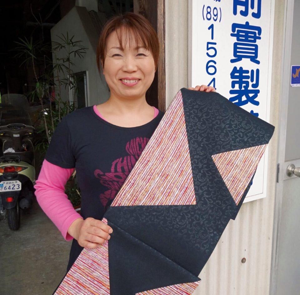 「姫革友禅」にはこんなヒョウ柄も。家具だけではなく、オリジナルのバッグや帯なども製作している