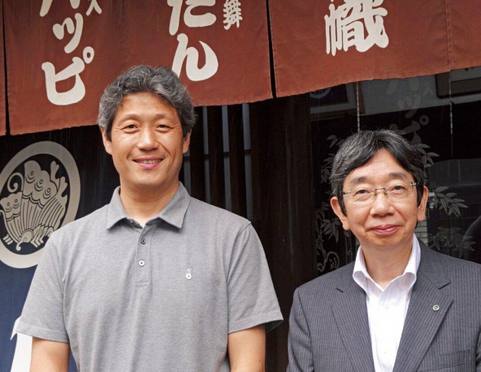 7代目の大川原誠人さん(左)と高松商工会議所の大空範久さん