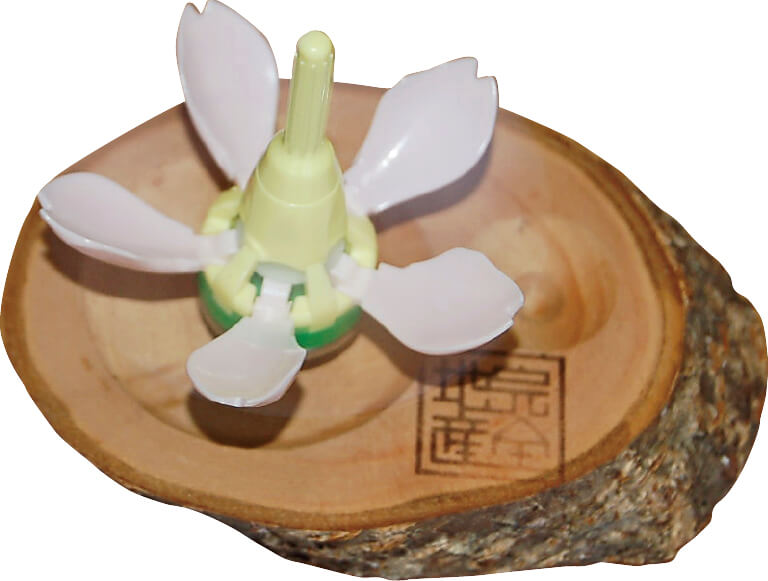 8000個も売れた「サクラコマ」は、回すと遠心力で花びらが開くユニークなコマ