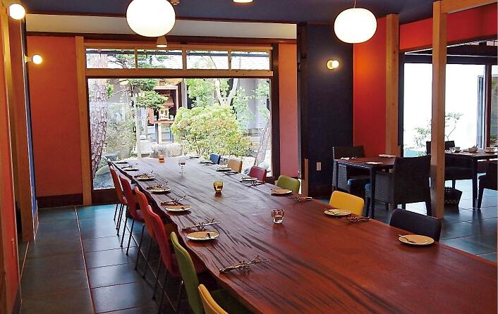町屋を改造したレストランはおしゃれな内装