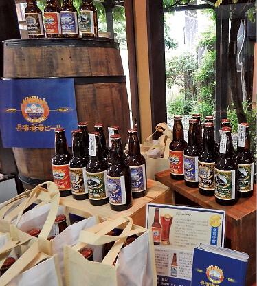 県内のお土産がそろう「黒壁AMISU」。名物の長浜ロマンビールも手に入る