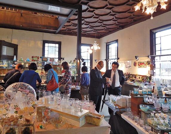 男性も女性もお土産選びに夢中になる「黒壁ガラス館」。職人がつくった、黒壁オリジナルの商品も人気だ