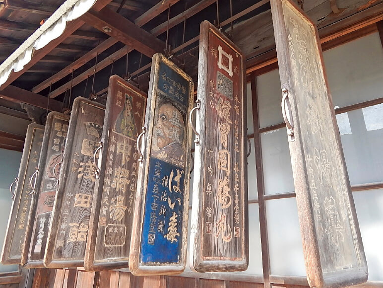 木之本の「旧本陣」の軒下には、当時の看板が並ぶ