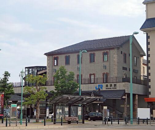 駅前再開発が進むJR長浜駅。旧駅舎は「長浜鉄道スクエア」として面影を残し地域の人に愛されている