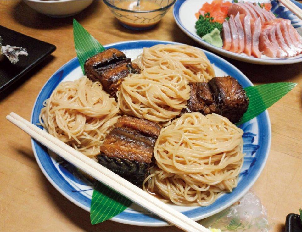 長浜はおいしい食も満載。なかでも「焼鯖そうめん」は絶品だ。まちなかにある「夢の小路 良太郎」では長浜の郷土料理を堪能できる