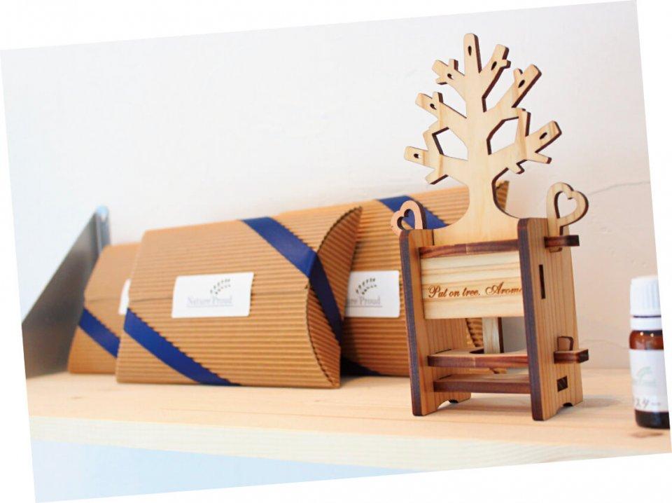 香る木 Put on tree.Aromaは、東京・奥多摩で取れる杉の間伐材を利用したアロマディフューザー。電気、熱源不要なので、アロマが気軽に楽しめる