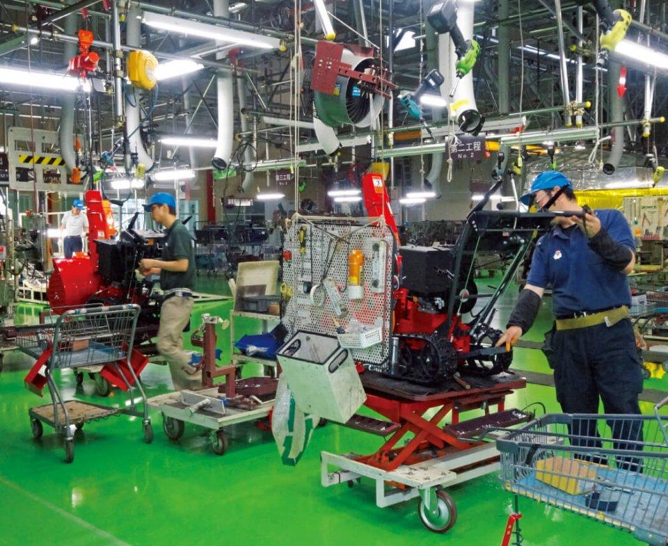 工場内の作業風景。作業台にはキャスターがついているので移動しやすく、また、工具は上からつり下がっているので、いちいち腰をかがめる必要がないので楽に作業を進められる