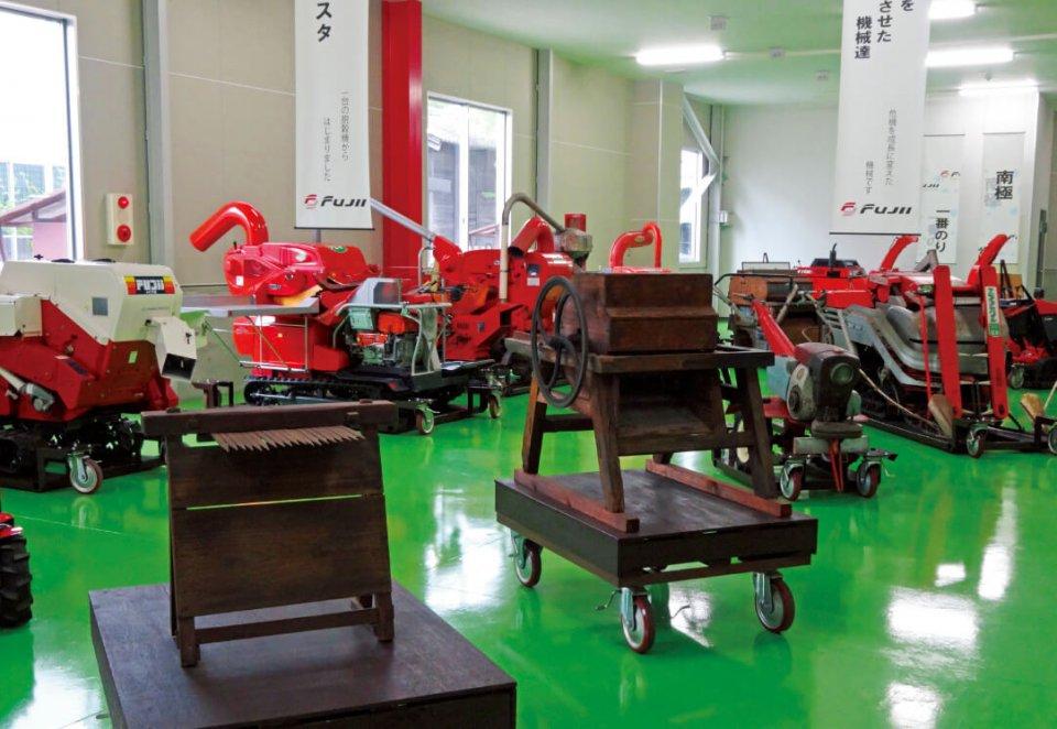 工場の一角にあるフジイコーポレーションの歴史が分かるコーナー。同社の画期的な機械がずらり。一番手前にあるのが創業者・藤井勇七さんが慶応元年に製作した木製の千歯