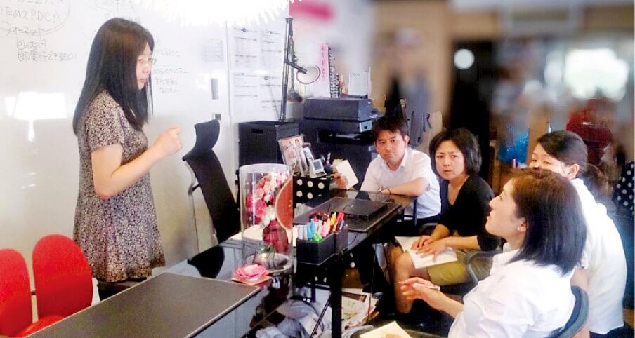 オフィスでは、スタッフによる勉強会がたびたび行われる