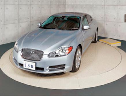 車を方向転換する「ISB駐車場用ターンテーブル」。モーターショーでも採用されている