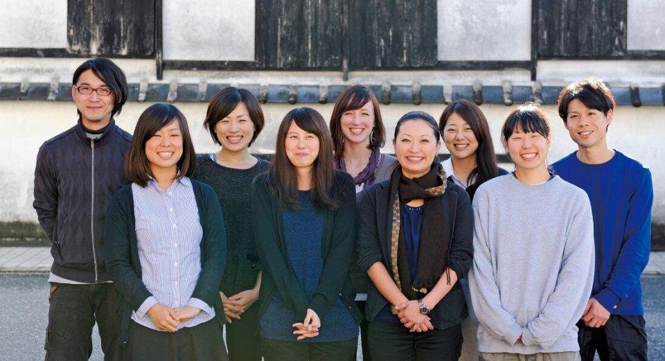 松岡さんが課長としてリーダーシップをとるメンバー。この笑顔からさまざまな「お酒」が生まれ、世の女性たちを喜ばせてくれる