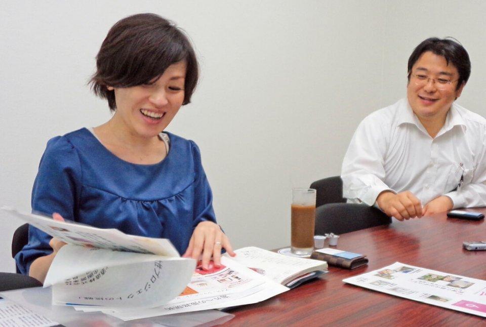 「現在、全体の売上の2割を彼女たちのプロジェクトから生まれた商品で占めていますね」と、丁々発止とやりあったころを懐かしむ春田和城さん(右)と松岡良美さん