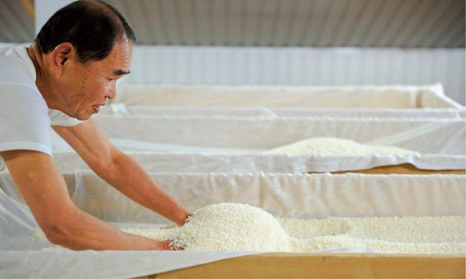 江戸時代から続く伝統の酒づくり。菊水酒造の核を支えるのは、それを引き継ぐ杜氏たちの技と情熱。そこから先駆の気風も生まれる
