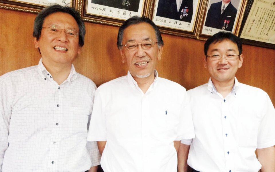 フラノマルシェを実現したふらのまちづくり株式会社代表取締役社長の西本伸顕さん(中央)と同専務取締役の湯浅篤さん(左)。そして、この事業の立ち上げからさまざまな場面で活躍した富良野商工会議所業務課長の木川田正和さん