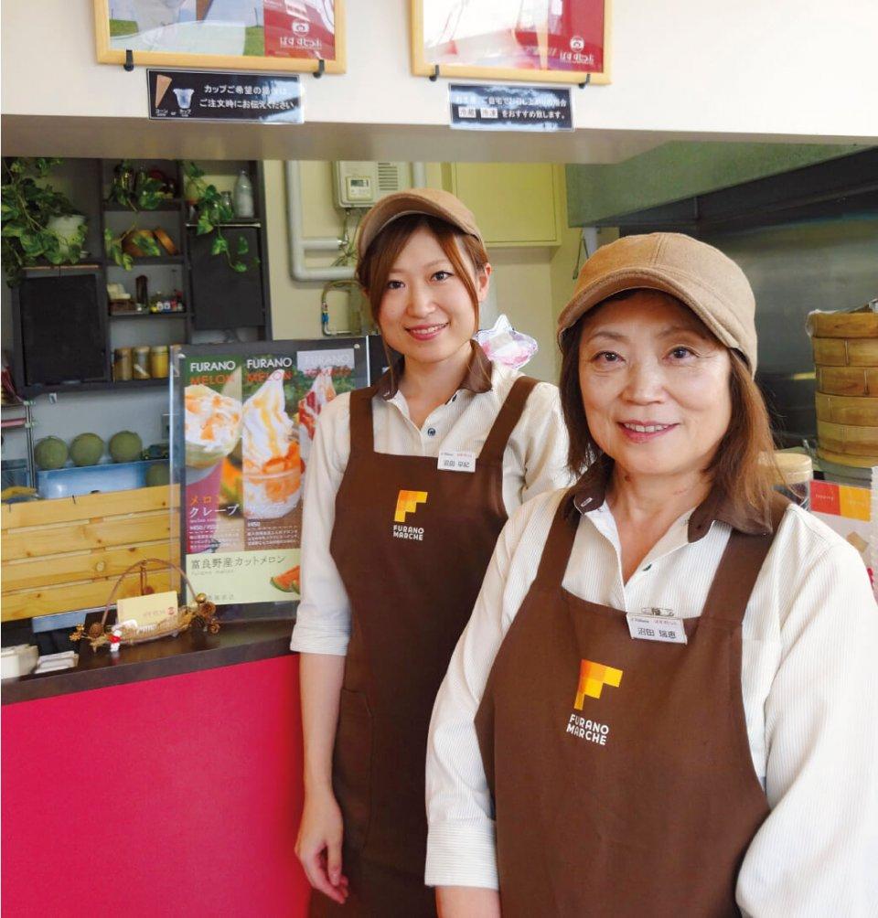 地元の人たちからも圧倒的支持を得ている「ばすすとっぷ」は、「混ぜアイス」と「へそぶたまん」が主力商品。切り盛りするのは沼田瑞恵さん(右)と娘さん