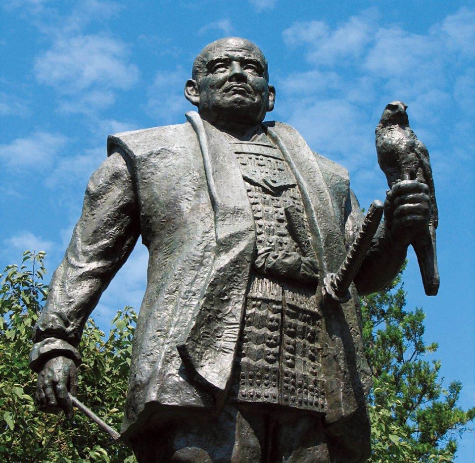 駿府城公園内の城跡には、大御所時代の家康公像が立つ