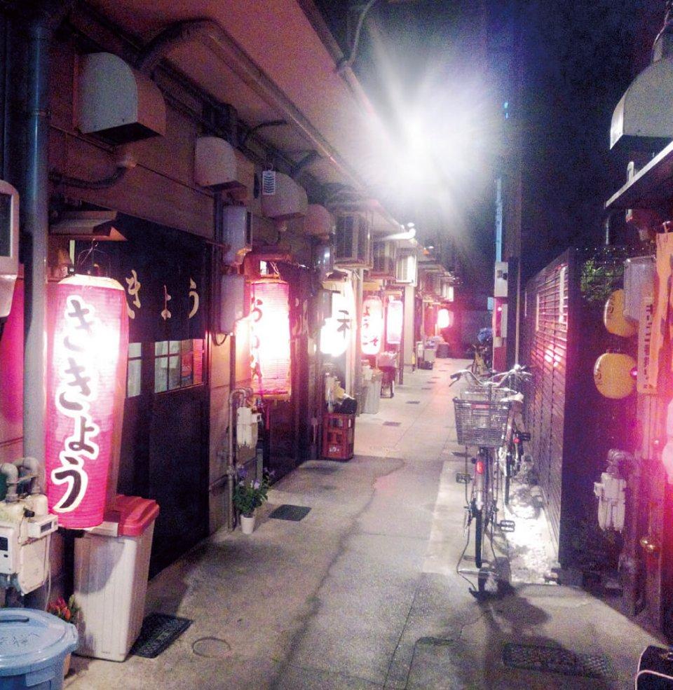 名物おでんが楽しめる屋台が並ぶ「青葉おでん街」は、どの店も地元の人や観光客で毎日にぎわう